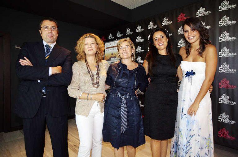 La diseñadora Charo Peres expone sus «vestidos-joya» en las vanguardistas Bodegas Darien