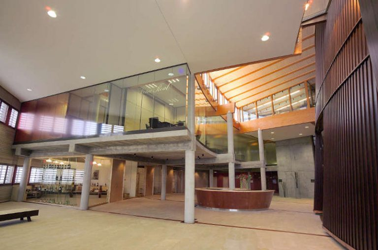 La bodega Viña Real, perteneciente a CVNE, ha inaugurado una sala multiusos con obras de Eduardo Arroyo