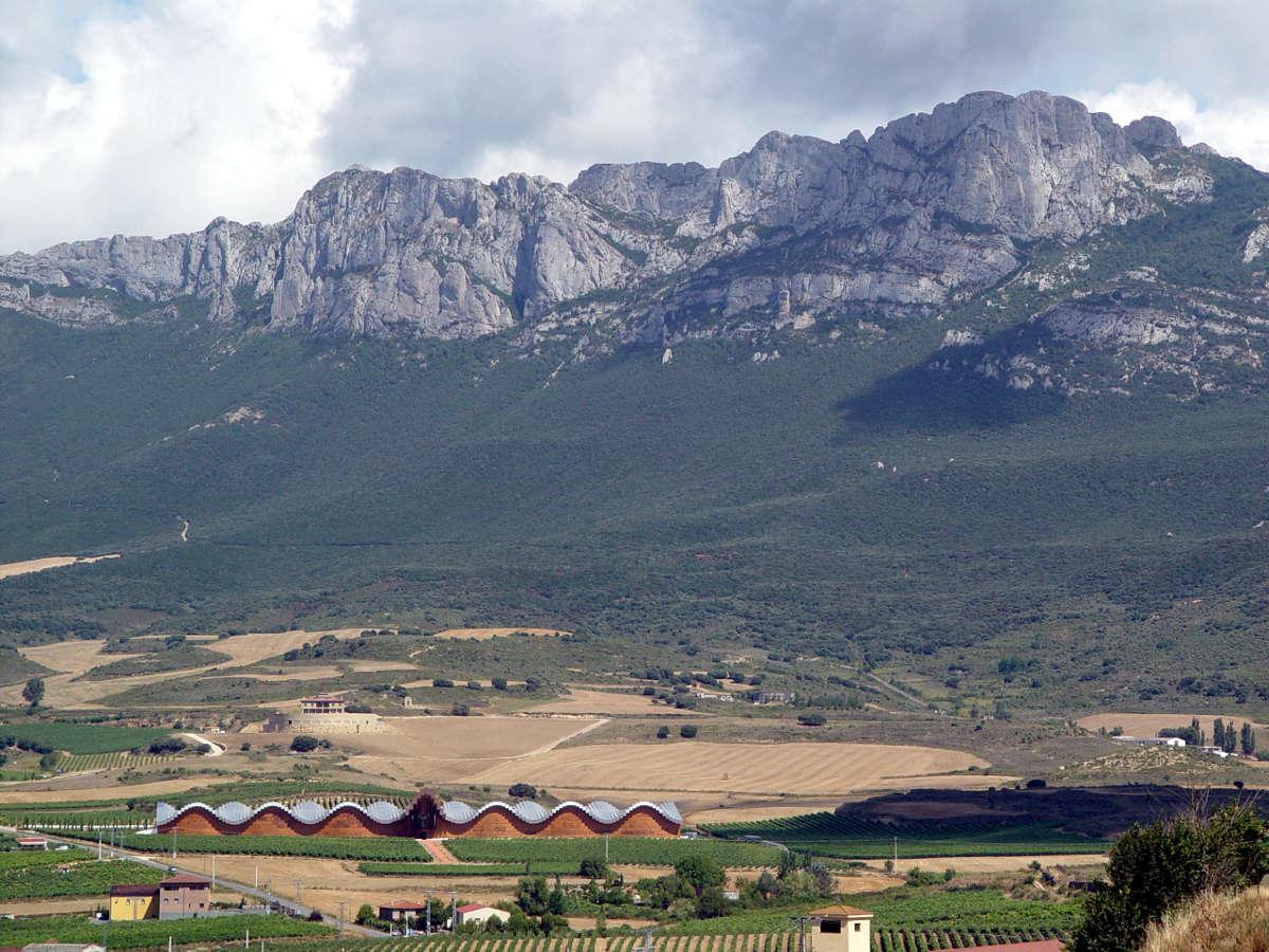 Laguardia, vista de la sierra de Cantabria y las bodegas Ysios